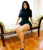Latina hermosa en minifalda