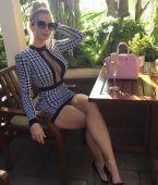 Hermosa secretaria en falda corta