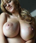 preciosa rubia de grandes senos