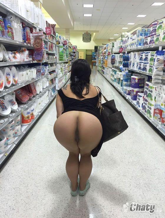 Mujer desnuda inclinada sobre la bañera