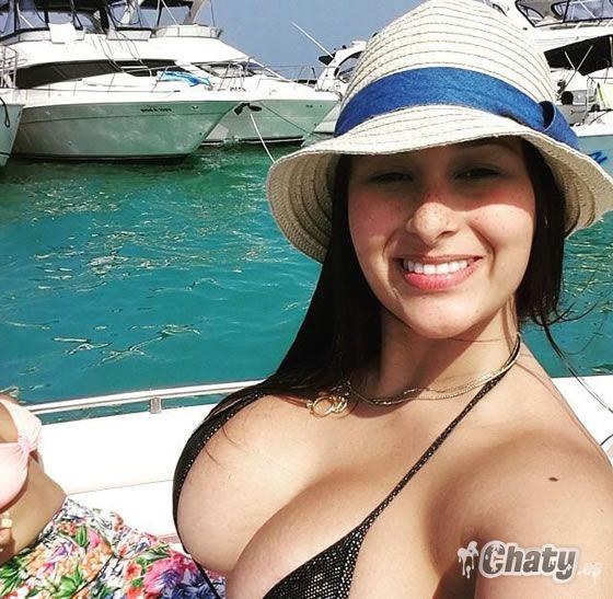 Se le ven tetas ricas en la selfie