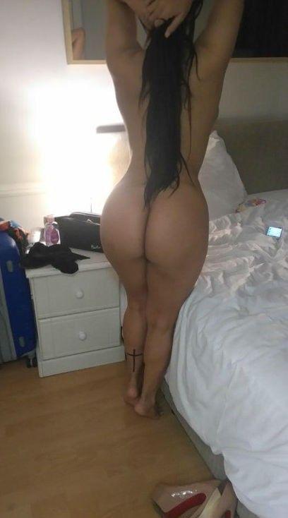 Morenita en el hotel sin ropa