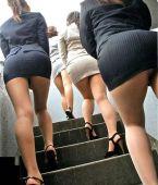 Voyeur en las escaleras sin bragas