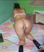 De rodillas en la cama: chica casera