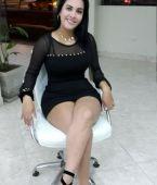 Preciosa chica cruzada de piernas