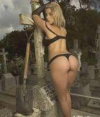 CULOS PRECIOSOS - Posa en tanga en un cementerio.