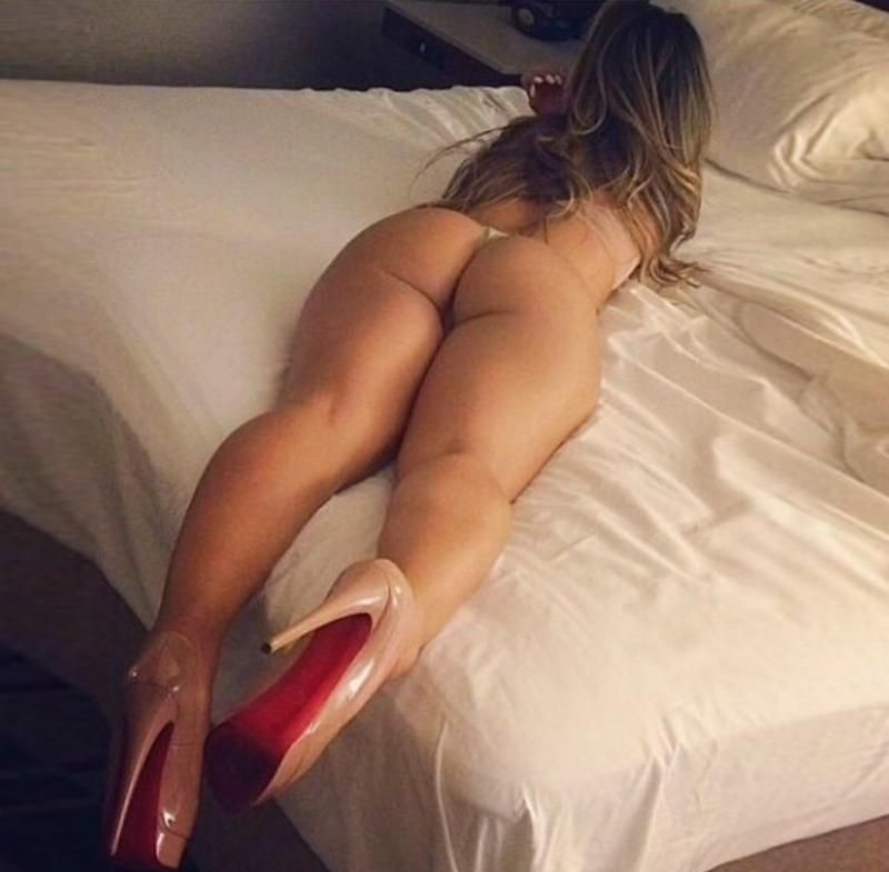 En tanga tumbada en la cama