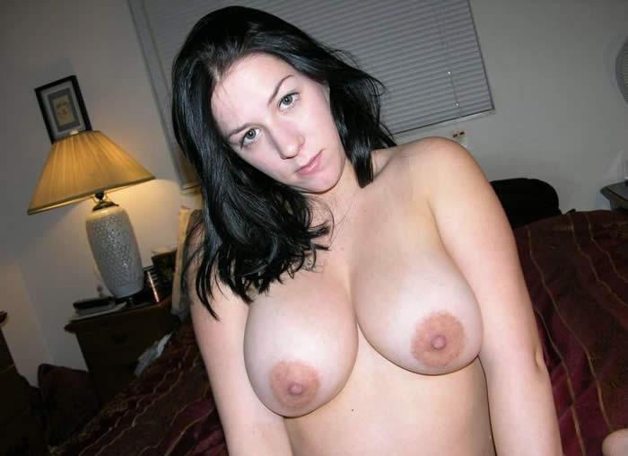 Mujeres maduras en sujetadores con grandes pezones