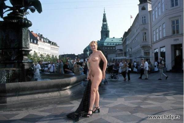 Chicas desnudas en la ciudad, exhibiendose