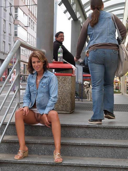 putas exhibiendose en la calle sin bragas