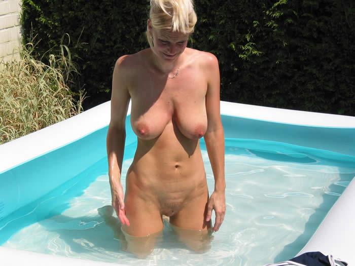rubias maduras desnudas, esposas desnudas piscina
