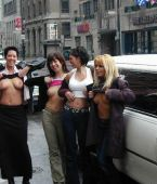 fotos de chicas enseñando las tetas en la calle, en publico