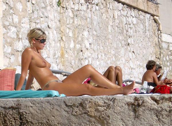 tias tomando sol en la playa, rubias buenas
